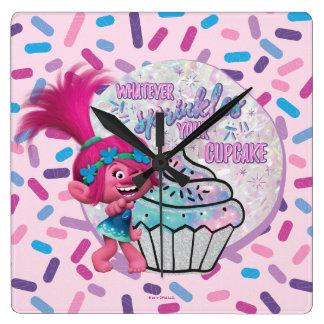 Horloge Carrée Le pavot des trolls   arrosent votre petit gâteau