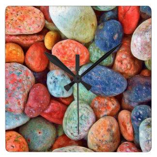 Horloge Carrée Les cailloux colorés de plage lissent le motif de