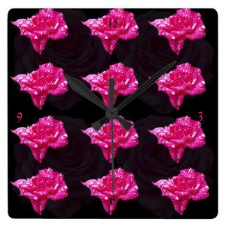 Horloge Carrée Motif de rose de rose et de noir,