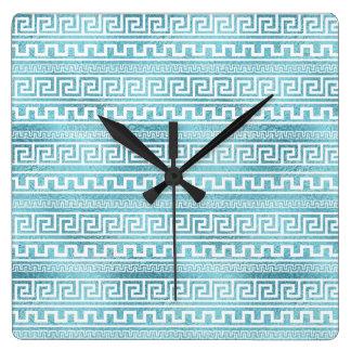 Horloge Carrée Motif grec bleu doux de méandre sur le verre