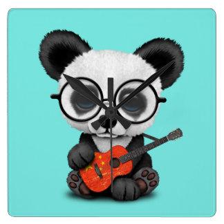 Horloge Carrée Panda de bébé jouant la guitare chinoise de