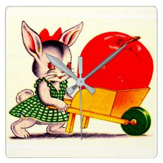 Horloge Carrée peu de lapin poussant le chariot avec la grande