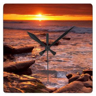 Horloge Carrée Piscines de marée au coucher du soleil, la