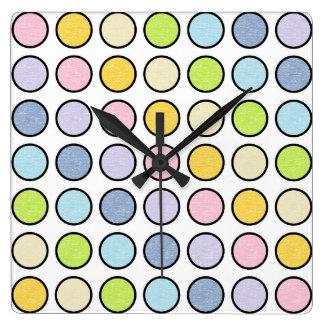 Horloge Carrée Pois en pastel statique d'arc-en-ciel décrit par