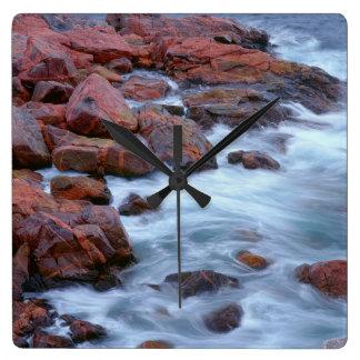 Horloge Carrée Rivage rocheux avec de l'eau, Canada