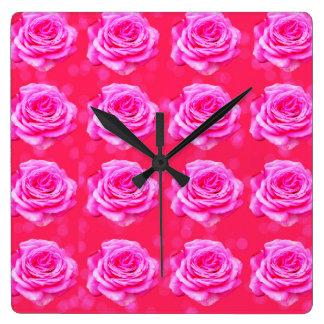 Horloge Carrée Roses roses sur Bokeh rose,