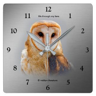 Horloge Carrée Un hibou de grange serein et beau