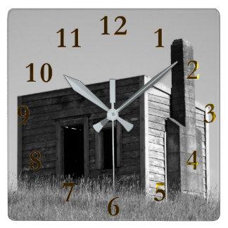 Horloge Carrée vieille maison isolée de ferme sur la colline