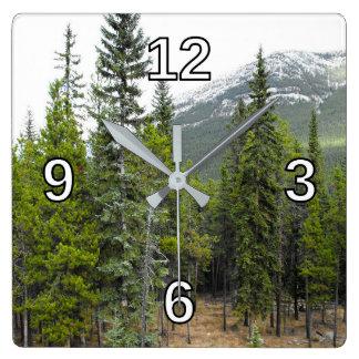 Horloge de carré de scène de forêt et de montagne