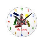 Horloge de professeur d'école et de crayons