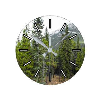 Horloge de scène de forêt et de montagne