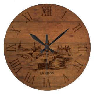 Horloge en bois esquissée de chiffres romains de