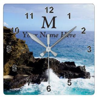 Horloge hawaïenne d'océan de monogramme votre nom,