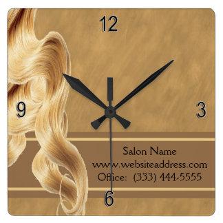 Horloge murale blonde de coiffeur