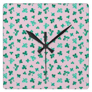 Horloge murale carrée de feuille de trèfle