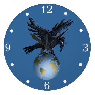 Horloge murale de corneille sur le toit du monde -