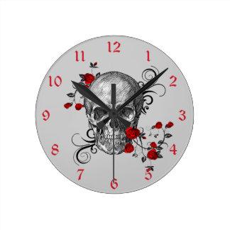 Horloge murale de crâne de roses rouges