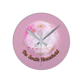 Horloge murale de fleur rose et blanche
