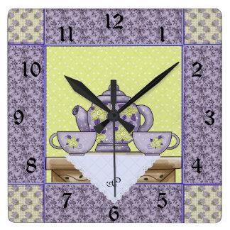 Horloge murale décorée d'un monogramme de correcti
