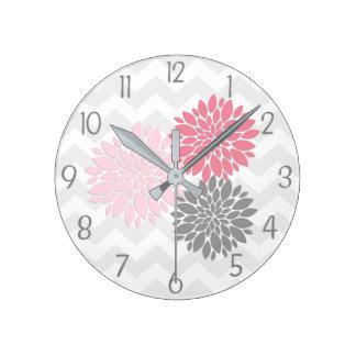 Horloge murale grise rose de fleur de dahlia