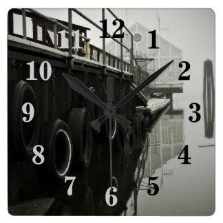 Horloge murale numérotée par dock de fantôme