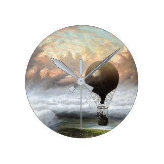 Horloge murale orageuse chaude tôt de nuages de