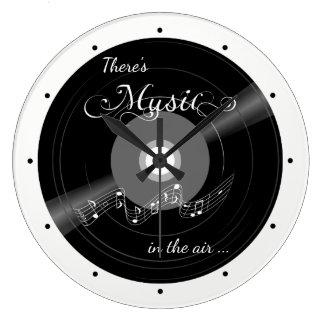 Horloge murale record noire et blanche de musique