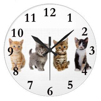 Horloge murale ronde de quatre chatons