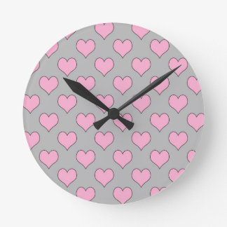 Horloge murale rose et grise de motif de coeur de