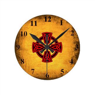 Horloge murale rouge de croix celtique d'arrière -