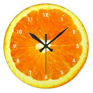 Horloge orange de fruit avec des nombres