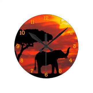 Horloge Ronde Aquarelle de coucher du soleil de faune d'éléphant