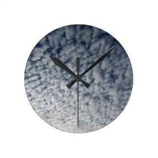 Horloge Ronde Beaucoup de nuages mous sur le fond de ciel bleu