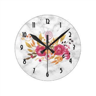 Horloge Ronde Bouquet rose et orange de fleur sur la texture de