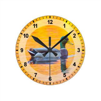 Horloge Ronde Canard de Mallard sur le lac orange, Canada