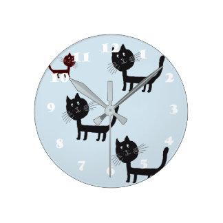 Horloge Ronde Chatons noirs heureux de chats dessinant l'horloge