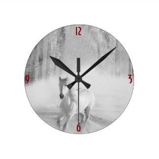 Horloge Ronde Cheval blanc fonctionnant dans une forêt de Milou