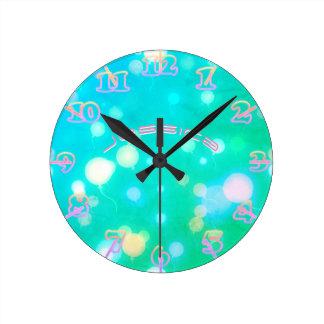 Horloge Ronde CIEL AU NÉON de ROSE de turquoise d'horloge murale