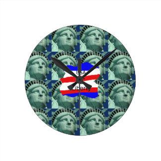 Horloge Ronde Couleurs de drapeau des Etats-Unis avec la statue
