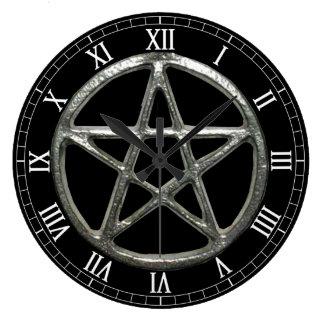 Horloge ronde de chiffres romains de pentagramme