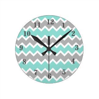 Horloge Ronde Fille grise de motif d'impression de Chevron de