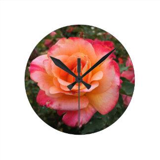 Horloge Ronde Fleur assez multi de rose de couleur
