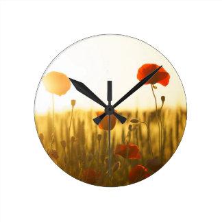 Horloge Ronde Fleur rouge près de la fleur blanche pendant la