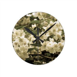 Horloge Ronde fleurs blanches aged7
