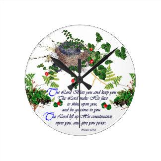 Horloge Ronde Fleurs de fougères de nid d'oiseaux bénissant