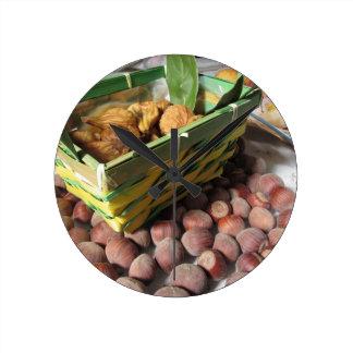 Horloge Ronde Fruits d'automne avec des noisettes et des figues