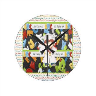 Horloge Ronde Garçon dans le casquette et la robe avec le