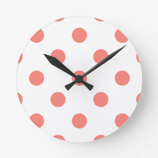 Horloge Ronde Grand pois - rose de corail sur le blanc