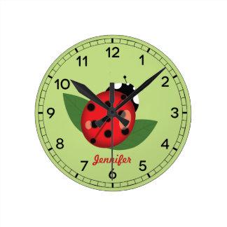 Horloge Ronde Insecte rouge adorable de coccinelle avec le nom
