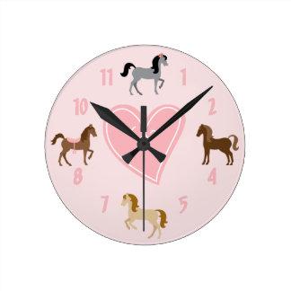 Horloge Ronde Jolis poneys et cheval rose mignon de coeur